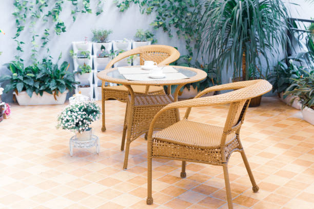 Terrasse avec mobilier en rotin et déco plantes artificielles